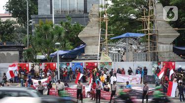 Massa dari Aliansi Anak Bangsa Cinta Kedamaian menggelar aksi unjuk rasa di depan Gedung Polda Metro Jaya, Jakarta, Senin (7/12/2020). Massa menuntut aparat kepolisian segera menangkap Rizieq Shihab atas dugaan pelanggaran protokol kesehatan beberapa waktu lalu. (Liputan6.com/Immanuel Antonius)