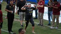 Legenda Argentina, Diego Maradona menyapa suporter setelah latihan di Stadion Banorte, Meksiko,(10/9). Maradona sendiri pernah menangani beberapa klub dan sempat melatih timnas Argentina. (AP Photo/Marco Ugarte)