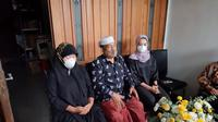 Ayah Fadly Satrianto menunggu kedatangan anaknya dari Jakarta. (Dian Kurniawan/Liputan6.com)