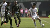 Bek Bali United, Michael Orah, mengontrol bola saat menghadapi Tira Persikabo pada laga Shopee Liga 1 di Stadion Patriot Pakansari, Bogor, Kamis (15/8). Bali menang 2-1 atas Tira Persikabo. (Bola.com/Yoppy Renato)