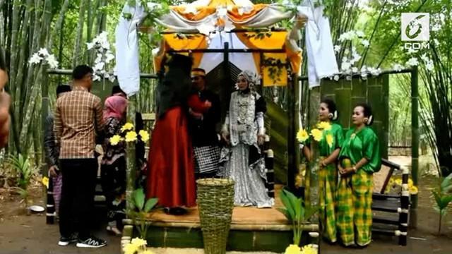 Sepasang pengantin di Polewali Mandar merayakan pesta pernikahannya di tengah hutan bambu. Acara berlangsung meriah dihadiri puluhan tamu undangan.