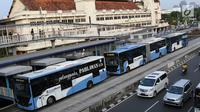 Bus Transjakarta mengangkut penumpang di Halte Harmoni, Jakarta, Senin (10/7). PT Transportasi Jakarta menargetkan jumlah penumpang bus Transjakarta pada tahun 2017 adalah 185 juta orang, atau naik sebanyak 50 persen. (Liputan6.com/Immanuel Antonius)