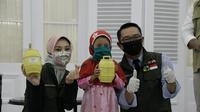 Dua anak asal Kabupaten Bandung, Mochammad Hafidh Al-Bukhori (9), dan Azrilia Alya Nabila (7) asal Kab. Bandung Barat, juga menyumbangkan tabungannya untuk penanggulangan COVID-19.