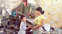Pasangan ibu anak dari daerah yang dikenal sebagai lumbung padi di Sulsel itu hanya bisa makan nasi berlauk garam jika bantuan datang. (Liputan6.com/Fauzan)