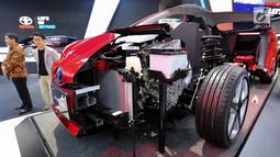 Tampilan sisi mobil hybrid electric vehicle (HEV) Toyota Prius Gen-4 X-Ray cut body yang dipamerkan dalam GAIKINDO Indonesia International Auto Show (GIIAS) 2019 di ICE BSD, Tangerang, Jumat (19/9/2019). Mobil ini melalui pengembangan kendaraan elektrifikasi dalam rangka mendukung kebijakan Pemerint