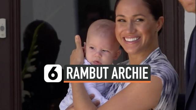 Penampilan Archie, putra pertama Pangeran Harry dan Meghan Markle, semakin menggemaskan. Apalagi kini rambutnya mulai tumbuh. Archie dinilai sangat mirip dengan ayahnya karena memiliki warna rambut yang sama.