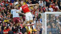 Striker Aston Villa, Wesley (kiri) berebut bola udara dengan gelandang Arsenal, Granit Xhaka selama pertandingan lanjutan Liga Inggris di Stadion Emirates, London (22/9/2019). Arsenal menang tipis atas Aston Villa 3-2. (AFP Photo/Tolga Akmen)