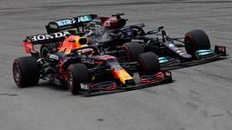 Hamilton memulai balapan di posisi terdepan usai meraih gelar posisi terdepan yang ke-100. Di tikungan pertama selepas start, posisi driver asal Inggris itu direbut oleh Verstappen dari Red Bull. (Foto: AFP/Javier Soriano)