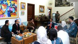 Presiden Joko Widodo berbincang saat bertakziah ke kediaman almarhum Sys NS di Kawasan Kemang, Jakarta (2/2). Pada kesempatan itu, Jokowi bertemu dengan istri Sys, Shanty Widhiyanti, dan anak-anak almarhum. (Liputan6.com/Pool/Biro Pers Setpres)