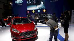 Sejumlah pengunjung melihat mobil Ford Fiesta di Indonesia International Motor Show, Jakarta, 21 Agustus 2015. Di Indonesia Ford hadir pada 2002 dan memiliki 44 dealer waralaba yang tersebar di Indonesia. (REUTERS / Darren Whiteside)