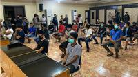 Aparat Kepolisian Daerah Sulawesi Selatan (Polda Sulsel) menindak tegas warga yang mengambil paksa jenazah Covid19 dari sejumlah Rumah Sakit di Makassar. (Liputan6.com/Eka Hakim)