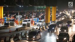 Kendaraan pemudik terjebak kemacetan di sekitar Gerbang Tol Cikampek Utama, Jawa Barat, Jumat (7/6/2019). Banyaknya pemudik yang mulai kembali ke Ibu kota menyebabkan peningkatan volume kendaraan sehingga menyebabkan arus lalu lintas kian padat. (Liputan6.com/Immanuel Antonius)