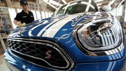 Teknisi mengelap mobil MINI Countryman di pabrik perakitan Gaya Motor, Sunter, Jakarta, Kamis (6/9). New Mini Countryman yang dirakit di Indonesia hadir dalam dua varian. (Liputan6.com/Fery Pradolo)
