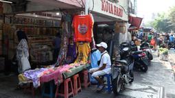 Suasana jual beli di kawasan Glodok, Jakarta Barat, Sabtu (9/10/2021). Pemerintah Jakarta Barat berencana menata kawasan Glodok menjadi lokasi wisata sejarah Pecinan sehingga dapat menjadi daya tarik wisatawan untuk melakukan kunjungan. (Liputan6.com/Herman Zakharia)