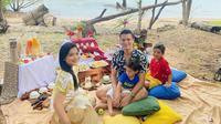 Keluarga Titi Kamal dan Christian Sugiono. (Instagram/titi_kamall)