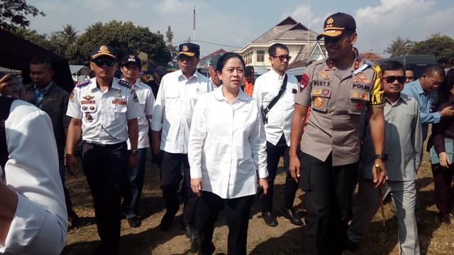 Didampingi Kapolda Jabar Irjen Pol. Rudy Sufahriadi, Menteri PMK Puan Maharani, bersiap mengecek kesiapan rute mudik nasional Jabar selatan di pos terpadu, Nagreg, Kabupaten Bandung Jawa Barat