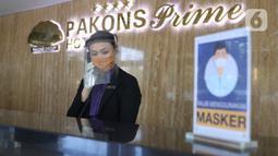 Resepsionis menerima telepon di Hotel Pakons Prime yang akan ditempati sementara oleh tenaga medis  di Tangerang, Kamis (7/5/2020). Pemerintah Kota (Pemkot) Tangerang menyiapkan hotel tersebut untuk memfasiltasi tenaga medis penanganan Covid-19 di wilayah Tangerang. (Liputan6.com/Angga Yuniar)