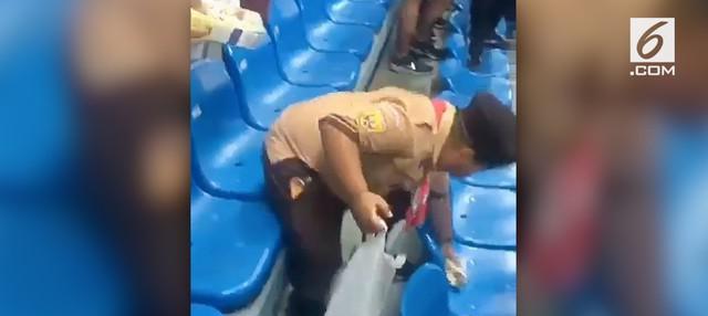 Bocah bernama Fairel pungut sampah usai menonton Timnas Indonesia vs Hong Kong di Stadion Patriot Chandrabhaga, Bekasi. Fairel pernah tampil dalam video opening Asian Games 2018.