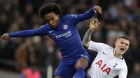 Pemain Chelsea, Willian berebut bola dengan Kieran Trippier dari Tottenham Hotspur pada pertandingan leg pertama semifinal Piala Liga Inggris, di Stadion Wembley, Rabu (9/1). Tottenham Hotspur mengalahkan Chelsea dengan skor 1-0. (AP/Frank Augstein)