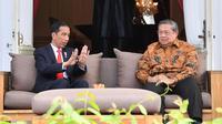 Presiden Joko Widodo berbincang dengan Presiden RI ke-6 Susilo Bambang Yudhoyono di Istana Merdeka, Jakarta,  Jumat (27/10). Pertemuan membahas berbagai hal, seperti situasi politik dan ekonomi Indonesia. (Laily Rachev / Biro Pers Setpres)