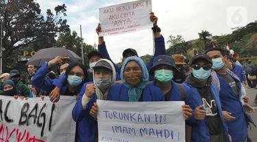 Sejumlah Mahasiswa melakukan aksi menolak Omnibus Law UU Cipta Kerja sekaligus refleksi satu tahun Pemerintahan Jokowi-Ma'ruf di kawasan Patung Kuda, Jakarta, Selasa (20/20/2020). Aksi ribuan pengunjuk rasa dari berbagai elemn berjalan aman. (merdeka.com/ Arie Basuki)