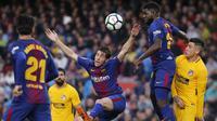 Gelandang Barcelona, Sergi Roberto, menyundul bola saat melawan Atletico Madrid pada laga La Liga Spanyol di Stadion Camp Nou, Barcelona, Minggu (4/3/2018). Barcelona menang 1-0 atas Atletico. (AFP/Pau Barrena)