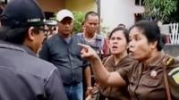 2 Orang jaksa dan pemilik rumah di medan histeris menghalangi eksekusi rumah, hingga rekaman aliran lahar hujan Gunung Kelud rusak pipa air.