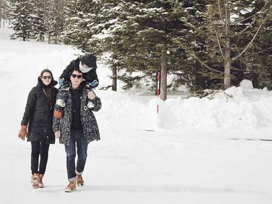 Ringgo, Bjorka, dan Sabai berfoto bersama di dekat lokasi snow boarding. (Sumber: Instagram @sabaidieter)