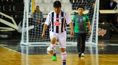 Presiden Bolivia Evo Morales mengontrol bola saat pertandingan persahabatan melawan anggota komunitas Bolivia setempat selama kunjungannya di Asunción, Paraguay, (14/8). (AFP Photo/Silvio Rojas)