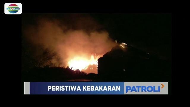 Ditinggal penghuninya, sebuah rumah mewah di Medan, Sumut, hangus terbakar. Diduga kebakaran terjadi akibat korsleting listrik di dalam rumah.