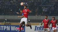 Duel pemain Persib Bandung, Tantan (kiri) dan pemain Persija Jakarta, Willian Pachecho pada laga TSC 2016 di Stadion GBLA, Bandung, (17/7/2017). (Bola.com/Nicklas Hanoatubun)