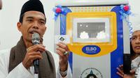 Ustaz Abdul Somad (UAS) baru saja meluncurkan mesin Anjungan Tunai Mandiri (ATM) beras di Masjid Raudhatus Shalihin, Jalan Bukitbarisan, Kecamatan Tenayanraya, Kota Pekanbaru. (M Syukur/ Liputan6.com)