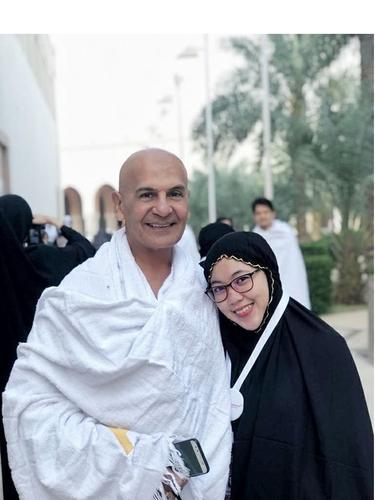 7 Potret Mesra Mark Sungkar dan Istri, Terpaut Usia 45 Tahun