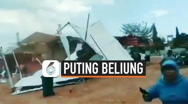 Angin puting beliung memporak-porandakan kegiatan pameran kreativitas bank sampah yang diselenggarakan di Jepara, Jawa Tengah. Peristiwa terjadi pada Kamis (3/10/2019).