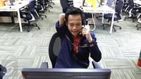 Seorang petugas call center beraktivitas di gedung call center Bank Mandiri, Tangerang Selatan, Senin (18/4). Tahun ini, Bank Mandiri menargetkan dapat menerima lebih dari 100 penyandang disabilitas untuk menjadi pegawainya. (Liputan6.com/Angga Yuniar)