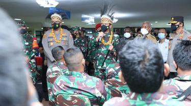 Panglima TNI Hadi Tjahjanto meninjau proses vaksinasi Covid-19 ke prajurit TNI AD di gedung PKK, Manokwari, Papua Barat.