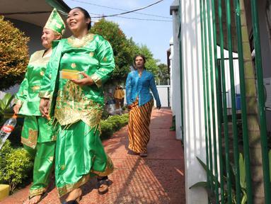 Penghuni lapas wanita bersiap menggunakan hak pilihnya di TPS 56 Lapas Pemasyarakatan Perempuan Tangerang, Rabu (17/4). Penghuni Lapas Wanita menyalurkan hak pilihnya dengan berpakaian daerah,nuansa ini dipilih sekaligus memperingati hari kartini pada bulan ini. (Liputan6.com/HO/Ading)