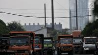 Sejumlah truk melintas dengan latar belakang polusi asap pabrik di kawasan Industri Pulogadung, Jakarta Timur, Rabu (31/7/2019). Selain gas buang kendaraan, limbah asap pabrik merupakan salah satu sumber polutan yang menambah buruknya kualitas udara di ibu kota. (merdeka.com/Iqbal S Nugroho)