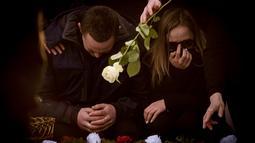 Kesedihan keluarga dan kerabat saat mengiringi pemakaman wartawan investigasi Jan Kuciak di Stiavnik, Slovakia (3/3). Sebelumnya, Kuciak dan pacarnya, Martina Kusnirova, dibunuh pada hari Minggu, 25 Februari 2018. (AFP Photo/Vladimir Simicek)