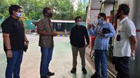 Perwakilan dari Kementerian ESDM, Pertamina, dan Telkom saat berkunjung ke SPBU 34 12902 Gatot Subroto, Jakarta Selatan, Jumat (11/9).