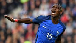 Pemain Prancis, Paul Pogba, dikenal sebagai muslim yang taat. Saat Piala Eropa 2016 nanti, Pogba mungkin akan berpuasa Ramadhan saat berlatih, tapi mungkin tidak berpuasa bila bertanding. (AFP/Franck Fife)