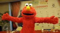 Karakter Sesame Street, Elmo saat konferensi pers di kawasan Kuningan, Jakarta, Selasa (9/6). Acara drama musikal anak-anak paling populer itu akan berlangsung pada 10-13 Juni 2015 di The Kasablanka Hall and Convention Center. (Liputan6.com/Faisal R Syam)