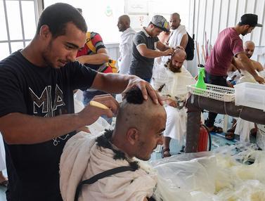 Jemaah Haji Mencukur Rambut Usai Lempar Jumrah