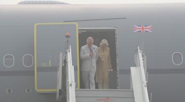 Pangeran Charles dan istrinya, Camilla bersiap turun dari sebuah pesawat yang terselimuti kabut asap setibanya di New Delhi, India, Rabu (8/11). Pasangan dari Kerajaan Inggris itu akan berada di negara Anak Benua selama dua hari. (AP Photo/Manish Swarup)
