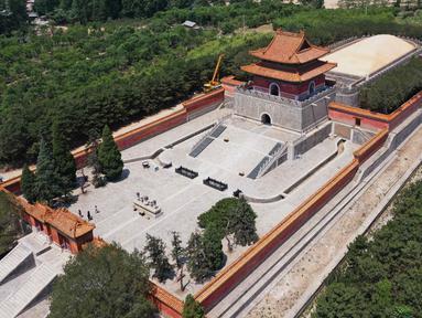 Foto dari udara pada 18 Juni 2020 menunjukkan pemandangan makam kerajaan barat dari era Dinasti Qing (1644-1911) di Wilayah Yixian, Provinsi Hebei, China utara. Di situs makam ini, empat kaisar Dinasti Qing dimakamkan, yakni Yong Zheng, Jia Qing, Dao Guang, dan Guang Xu. (Xinhua/Zhu Xudong)