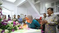 Wakil Presiden Jusuf Kalla atau JK merayakan hari ulang tahun istrinya. (Setwapres)