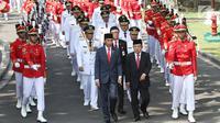 Presiden Joko Widodo atau Jokowi bersama Wakil Presiden Jusuf Kalla (JK) mengarak sembilan gubernur dan wakil gubernur hasil Pilkada 2018 untuk dilantik di Istana Negara, Jakarta, Rabu (5/9). (Liputan6.com/HO/Wan)
