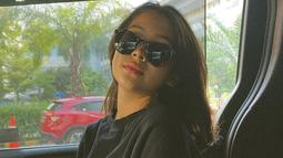 Pasalnya, ia terlihat menggunakan berbagai model kacamata dalam foto yang diunggah di media sosial. Penampilan Sandrinna saat memakai kacamata ini juga mendapat pujian dari netizen. (Liputan6.com/IG/@sandrinna_11)