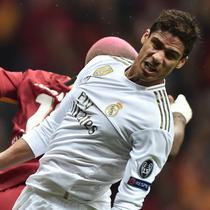 Bek Real Madrid, Raphael Varane, duel udara dengan striker Galatasaray, Ryan Babel, pada laga Liga Champions di Stadion Ali Sami Yen Spor, Istanbul, Selasa (22/10). Galatasaray kalah 0-1 dari Madrid. (AFP/Ozan Kose)