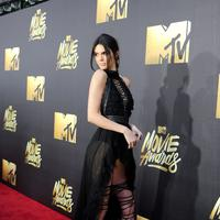Seperti di foto ini, Kendall hadir di acara MTV Movue Awards dengan sangat elegan. Dress hitam yang menjuntai di bagian belakang dan terbuka di bagian depannya memperlihatkan kaki jenjangnya. (AFP/Emma McIntyre)